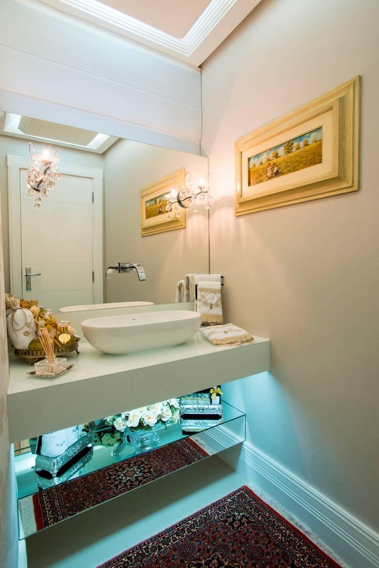 APARTAMENTO BEIRA MAR: Banheiro  por Cristine V. Angelo Boing e Fernanda Carlin da Silva