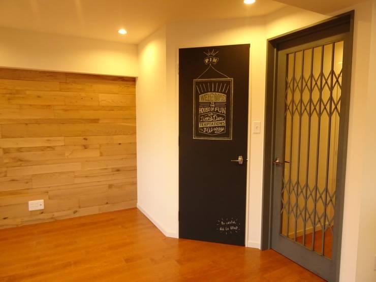 アクセントウォール: HOUSE of FUN Renovationsが手掛けた壁&床です。