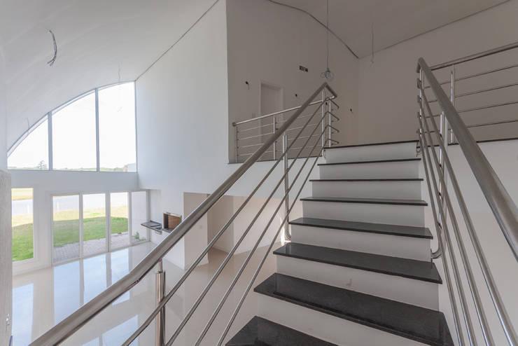 Casas Novas: Corredores e halls de entrada  por ME Fotografia de Imóveis
