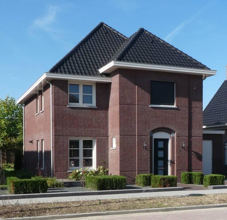 Vooraanzicht nieuwbouw villa Velddriel:  Huizen door Villa Delphia