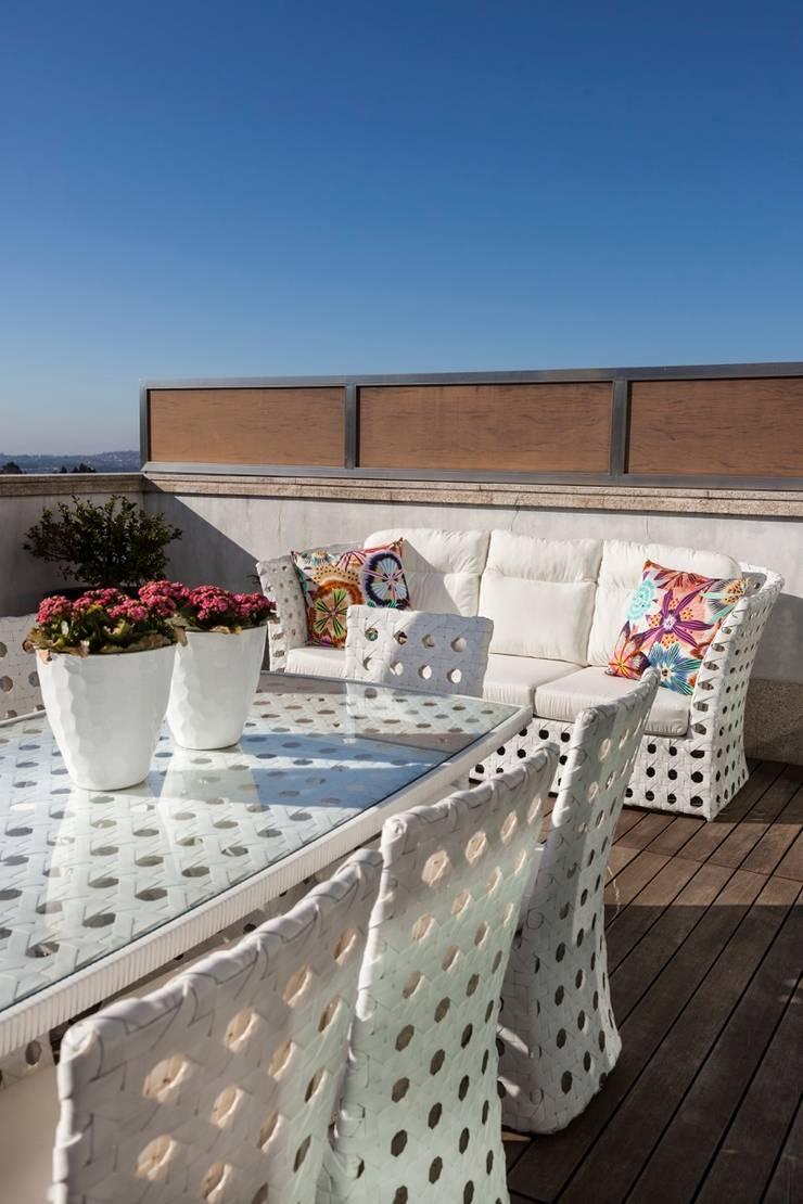 PORTO . INTERDESIGN: Varanda, marquise e terraço  por Interdesign Interiores