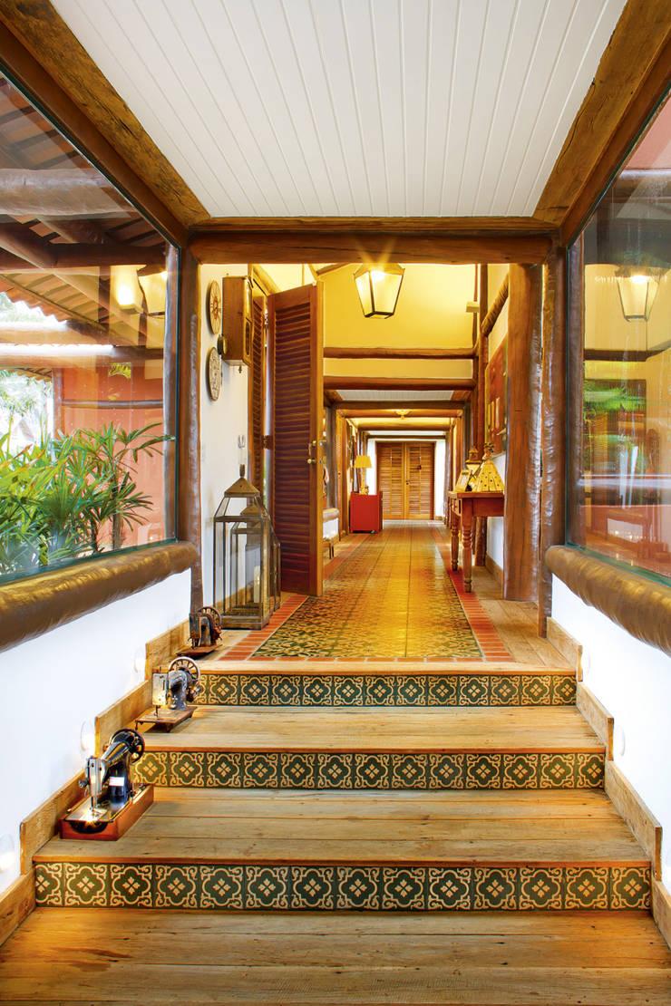 Residencia Enseada Azul: Corredores e halls de entrada  por FERNANDO ROMA . estudioROMA