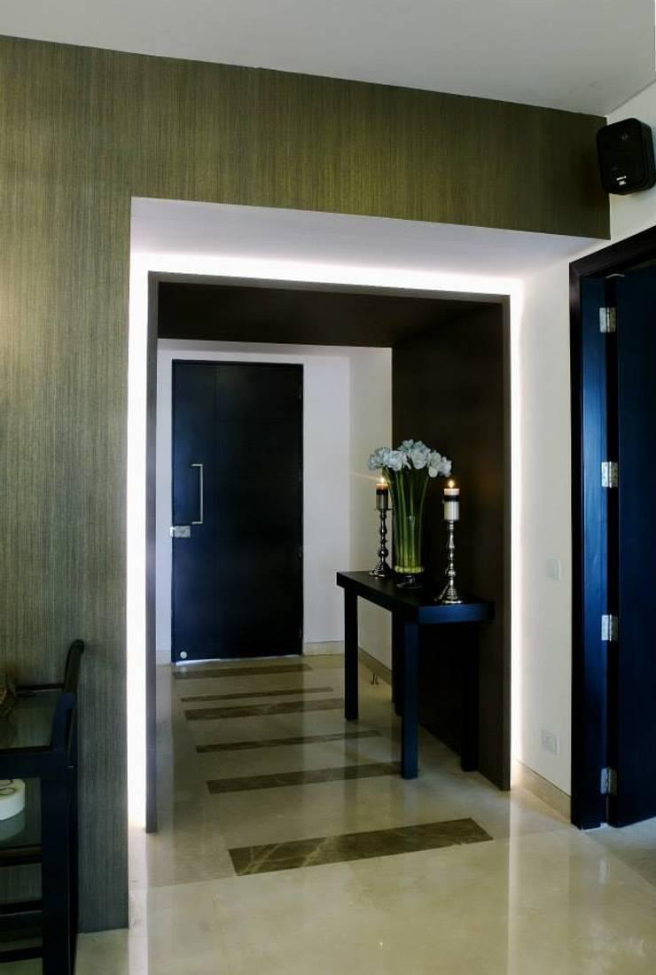 Apartment:  Corridor & hallway by In-situ Design