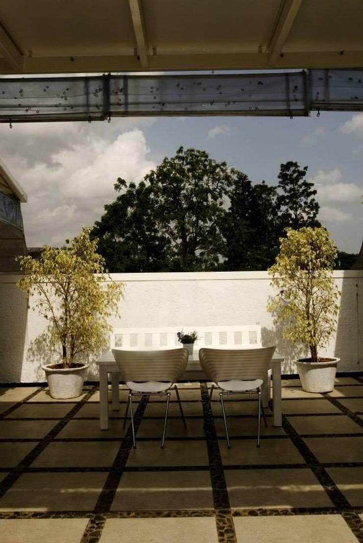 Spiga:  Balconies, verandas & terraces  by In-situ Design