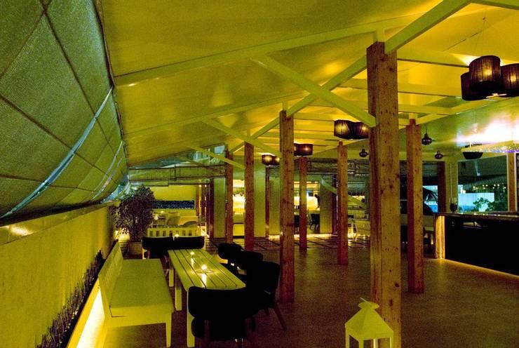 Spiga:  Dining room by In-situ Design