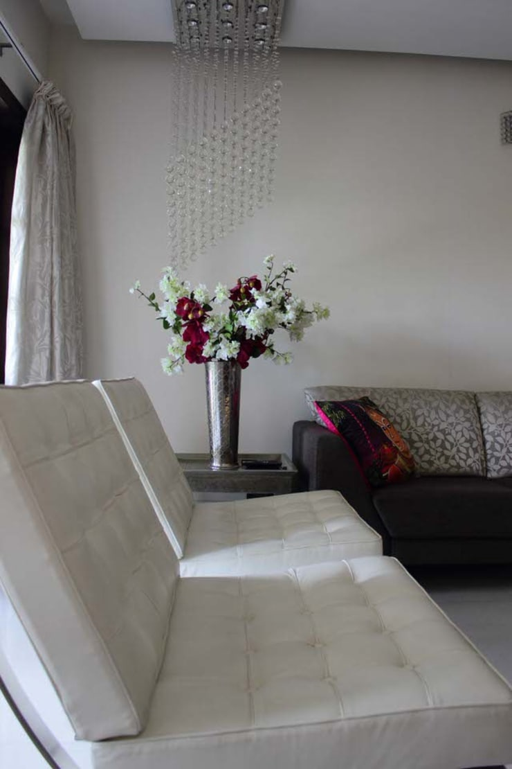 Apartment at Embassay Woods:  Living room by In-situ Design