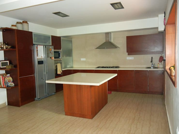 Villa at Ezperenza, Whitefield:  Kitchen by Interiors By Suniti