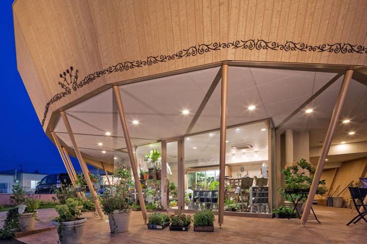 アイフラワー深谷店: 松原デザイン一級建築士事務所が手掛けた商業空間です。,
