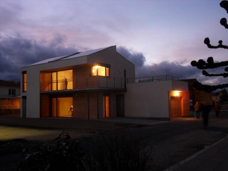 La maison ouverte sur l'extérieur: Maisons de style  par archipente