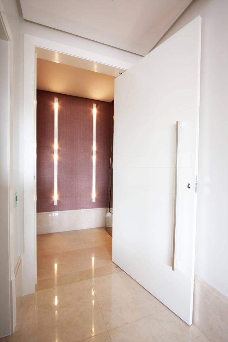 Apartamento Itaim: Corredores e halls de entrada  por Officina44
