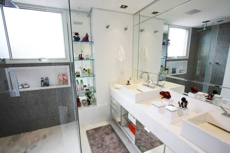 Apartamento Itaim: Banheiros  por Officina44