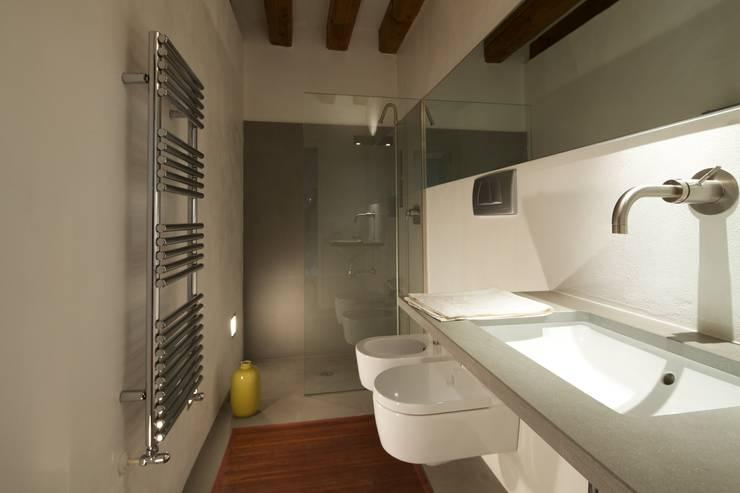 Trucchi per arredare un bagno stretto e lungo