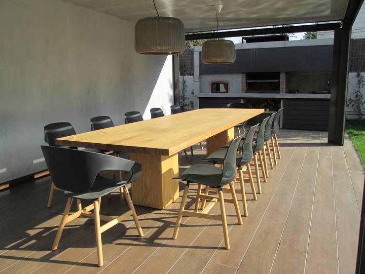 Zona Terraza Cubierta: Balcones y terrazas de estilo  de Marc Pérez Interiorismo