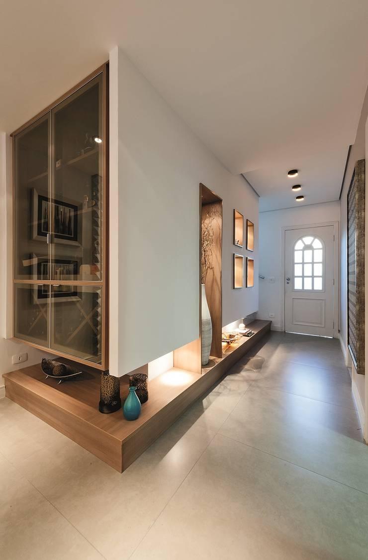 Hall de entrada, Home, Living e Gourmet: Adegas  por Andréa Carvalho Arquitetos Associados