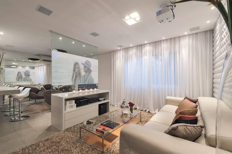 Hall de entrada, Home, Living e Gourmet: Salas multimídia  por Andréa Carvalho Arquitetos Associados