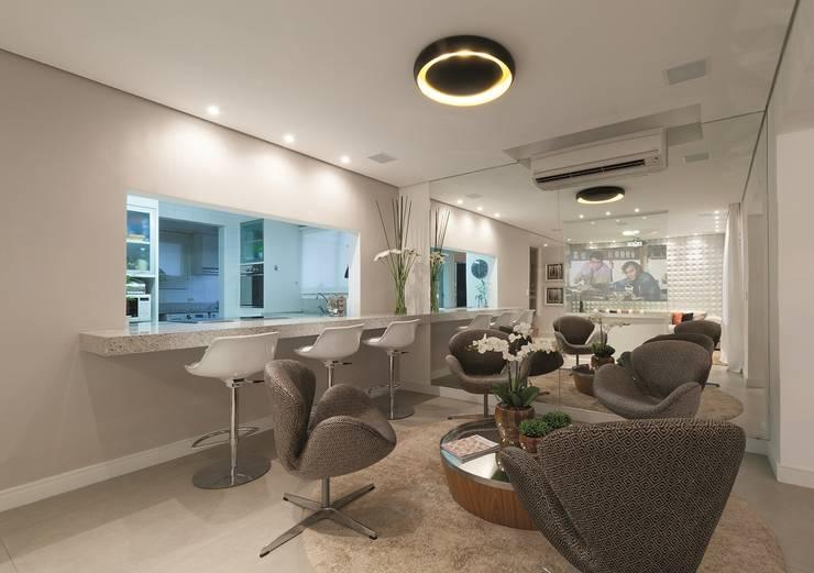 Hall de entrada, Home, Living e Gourmet: Salas de estar  por Andréa Carvalho Arquitetos Associados