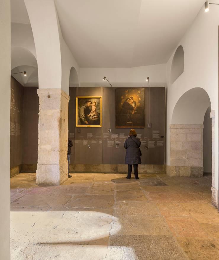 Santo António Museum / Global Design: Museus  por P-06 ATELIER, ambientes e comunicação, Lda,Moderno