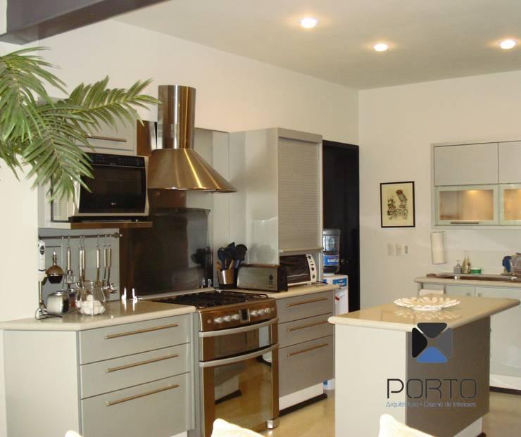 """proyecto residencial """"SR01"""" : Cocinas de estilo  por PORTO Arquitectura + Diseño de Interiores"""