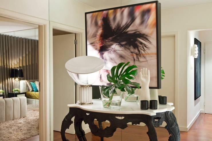 Pasillos, vestíbulos y escaleras de estilo ecléctico de Manuel Francisco Jorge interior Design Studio Ecléctico