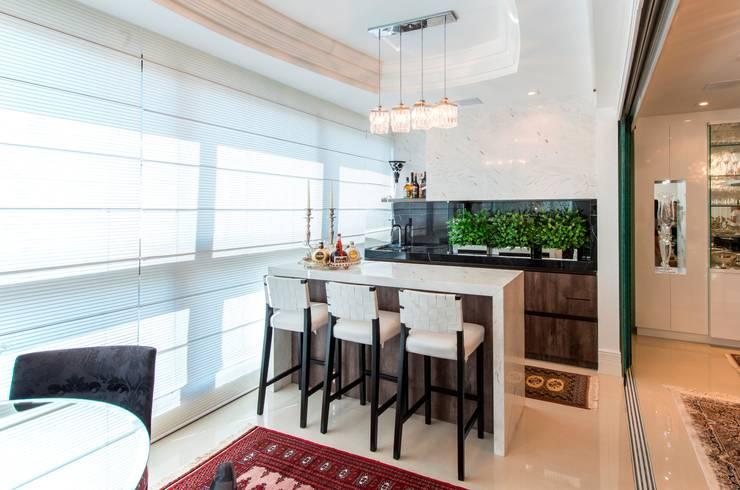 Apartamento Centro: Sala de jantar  por Cristine V. Angelo Boing e Fernanda Carlin da Silva