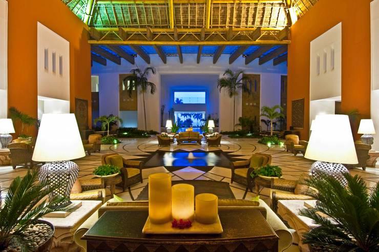 Lobby Grand Velas Riviera Nayarit.: Vestíbulos, pasillos y escaleras de estilo  por MC Design