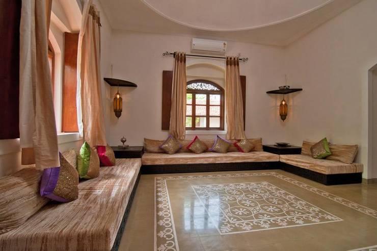 Yassmine:  Living room by Rita Mody Joshi & Associates