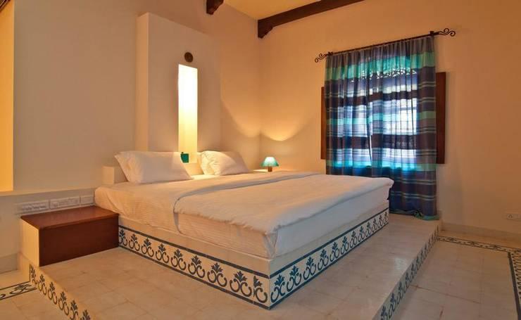 Yassmine: modern Bedroom by Rita Mody Joshi & Associates