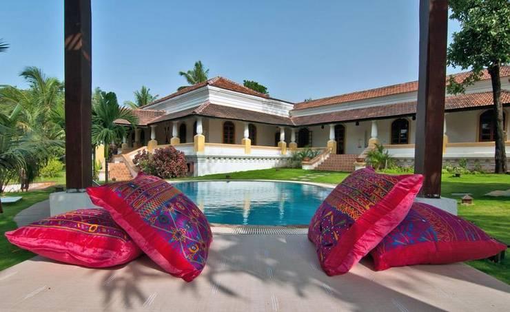 Yassmine: modern Pool by Rita Mody Joshi & Associates
