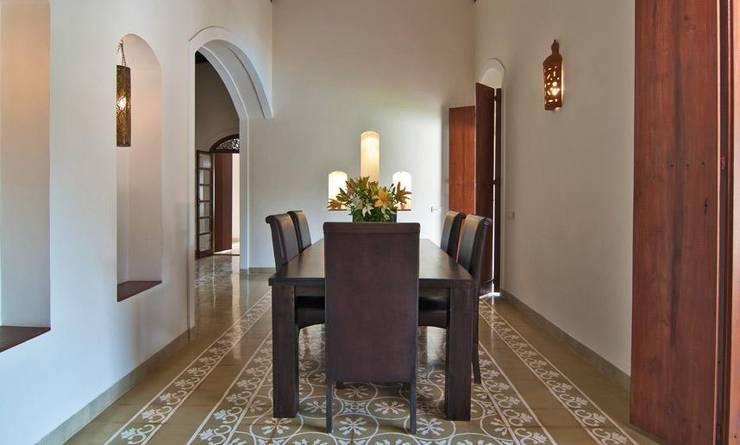 Yassmine:  Dining room by Rita Mody Joshi & Associates