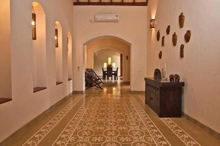 Yassmine:  Corridor & hallway by Rita Mody Joshi & Associates