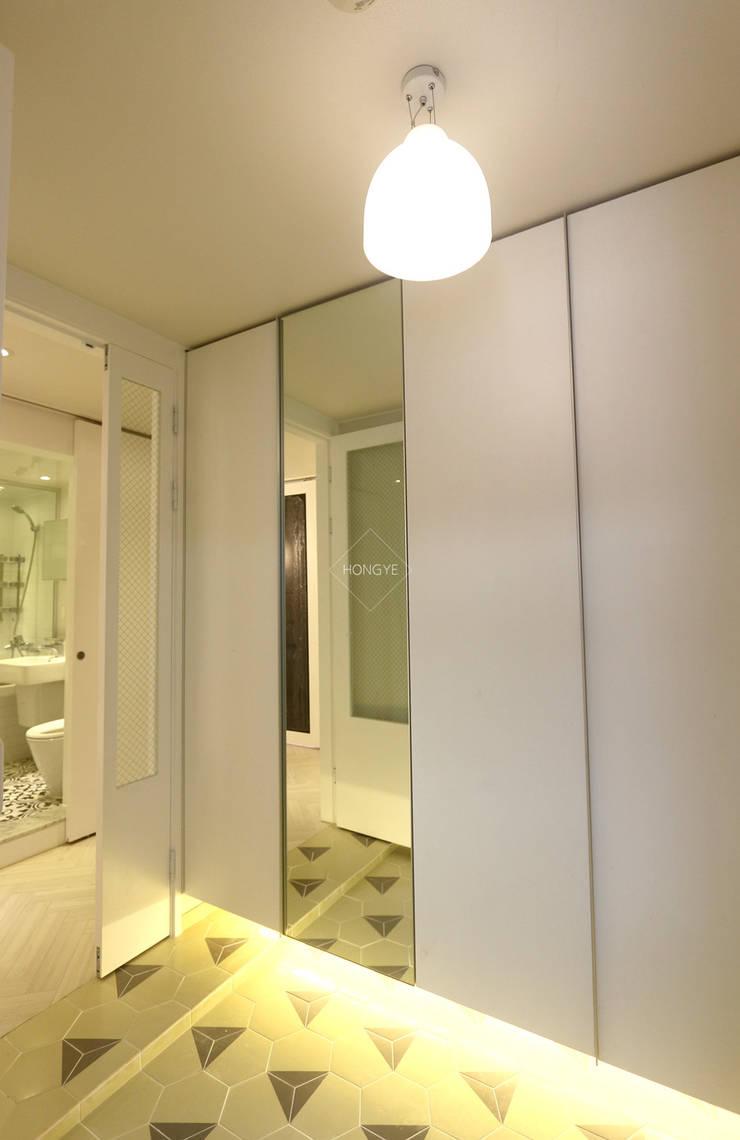 작은집 넓게 쓰는 빌라인테리어_ 20py: 홍예디자인의  복도 & 현관