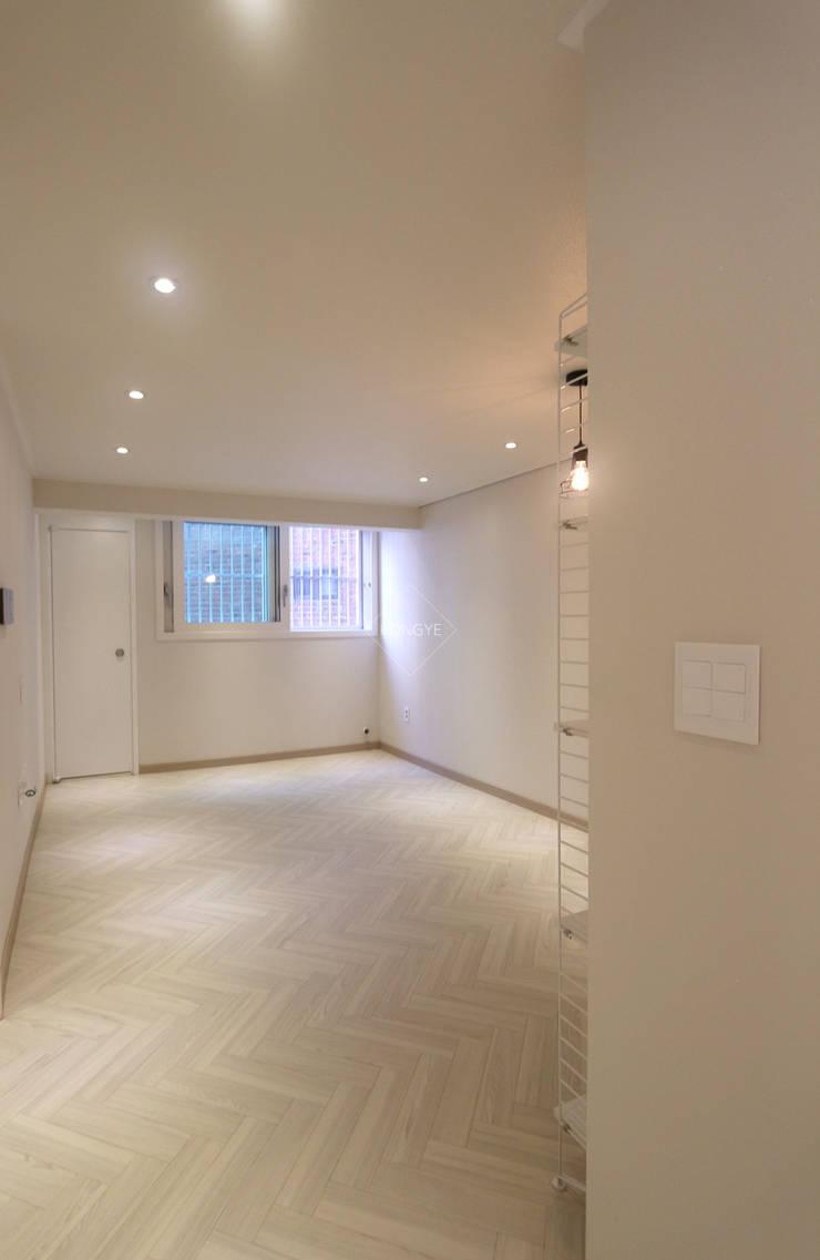 작은집 넓게 쓰는 빌라인테리어_ 20py: 홍예디자인의  거실