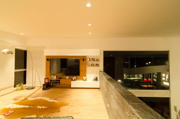 sala de tv: Estudios y despachos de estilo  por PLANTA BAJA ESTUDIO DE ARQUITECTURA