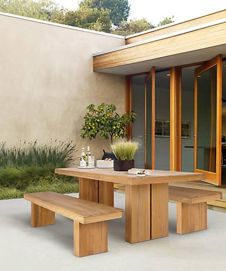 Mesa y Banca KAYU: Balcones y terrazas de estilo  por Design Within Reach Mexico