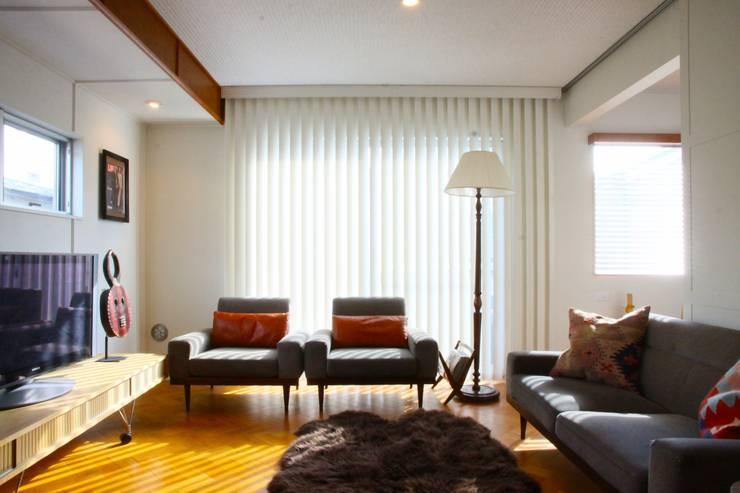 TOKYO STANDARD HOUSE: HOUSETRAD CO.,LTDが手掛けたリビングです。,モダン