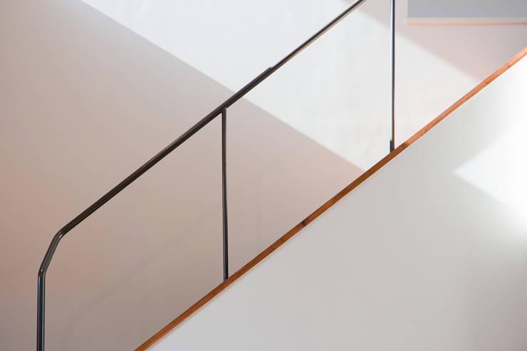 小原田の家: 市川設計スタジオが手掛けた廊下 & 玄関です。,