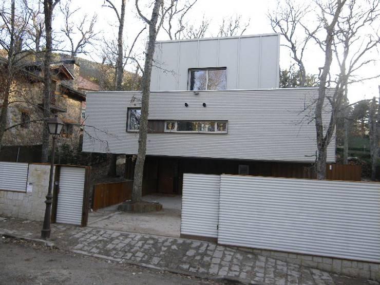 CASA PASIVA CON CONTENEDORES MARÍTIMOS EN SAN RAFAEL. SEGOVIA: Casas de estilo  de beades arquitectos s.a.p.