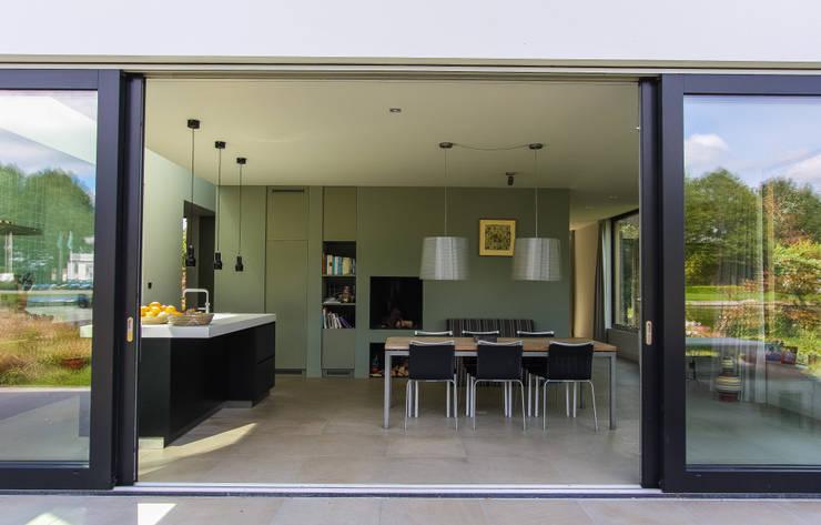 Salas de jantar modernas por ScanaBouw BV