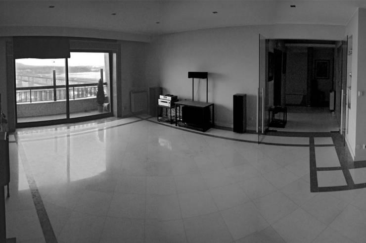 sal de estar antes da remodelação: Salas de estar  por feedback-studio arquitectos