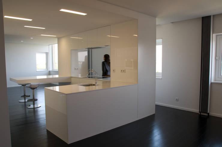 cozinha vista da sala de jantar: Cozinhas  por feedback-studio arquitectos