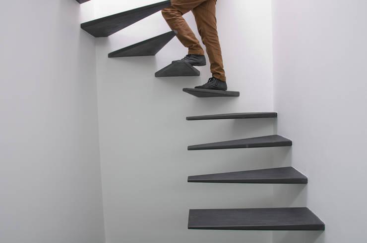 escadas : Corredores e halls de entrada  por feedback-studio arquitectos