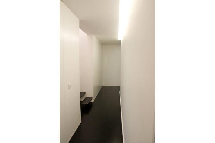Amaral Loft: Corredores e halls de entrada  por feedback-studio arquitectos