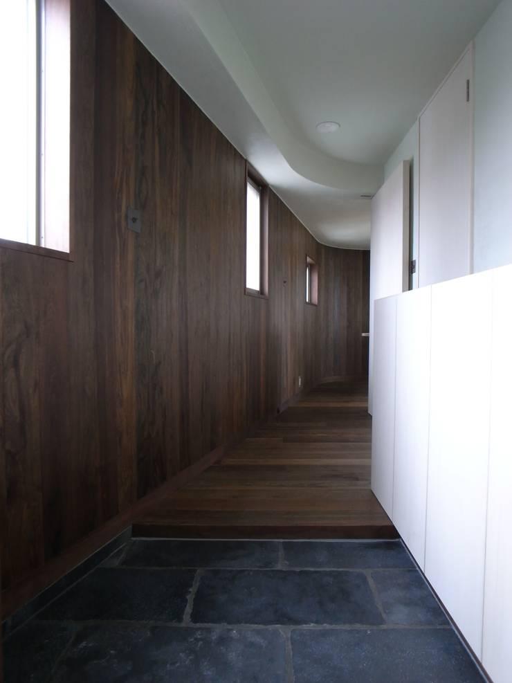 玄関: 濱嵜良実+株式会社 浜﨑工務店一級建築士事務所が手掛けた廊下 & 玄関です。