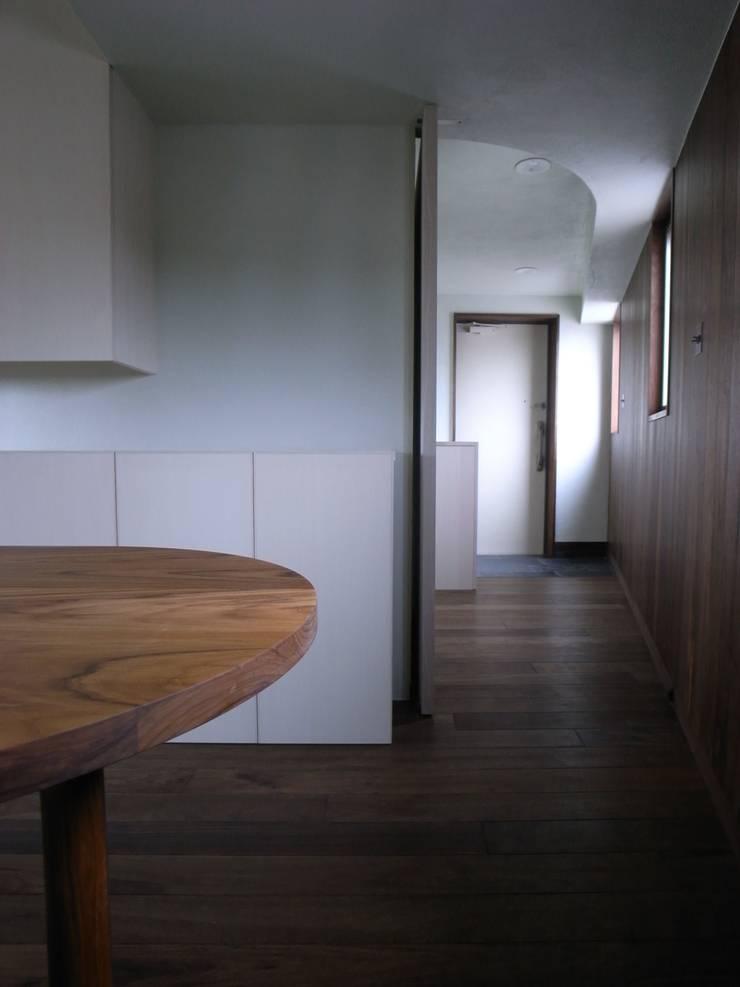 廊下: 濱嵜良実+株式会社 浜﨑工務店一級建築士事務所が手掛けた廊下 & 玄関です。