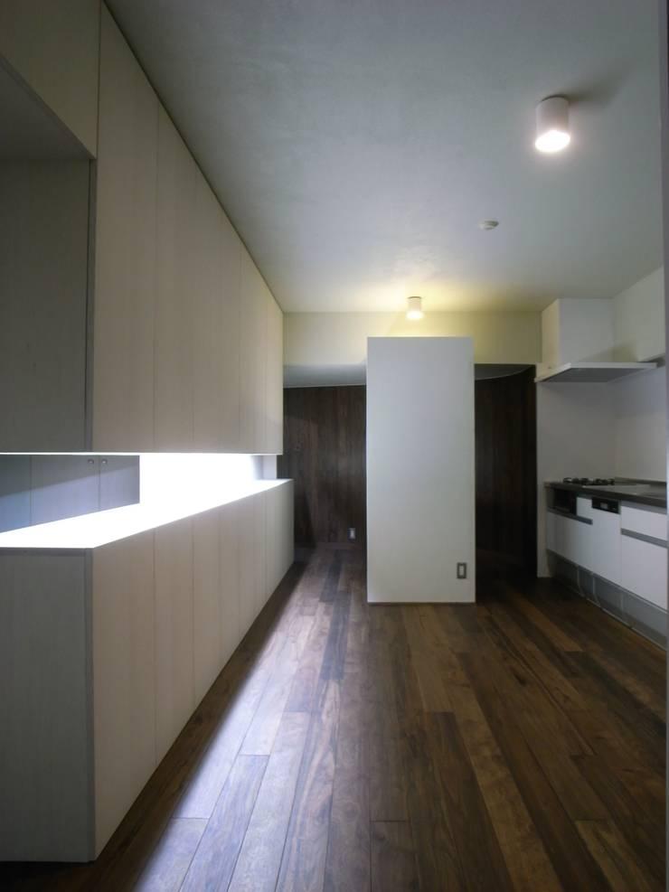 リビング: 濱嵜良実+株式会社 浜﨑工務店一級建築士事務所が手掛けたリビングです。