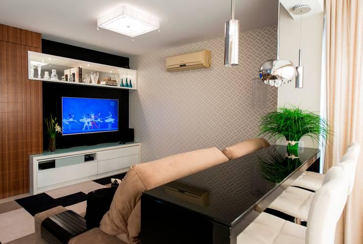 Apartamento Centro - Florianópolis: Sala de estar  por Cristine V. Angelo Boing e Fernanda Carlin da Silva,
