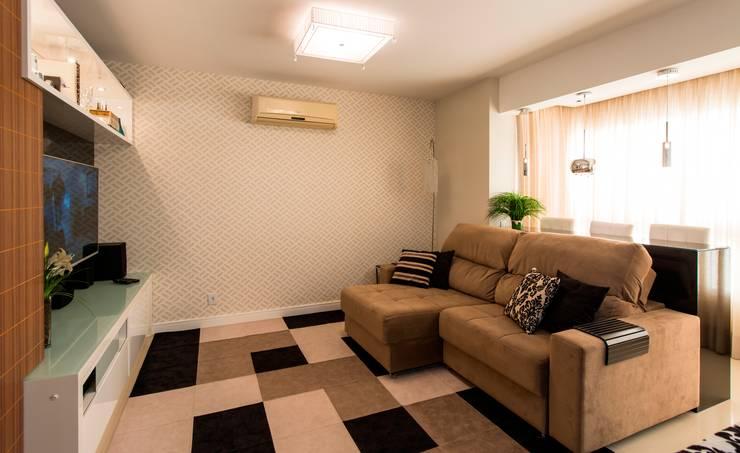 Apartamento Centro – Florianópolis: Sala de estar  por Cristine V. Angelo Boing e Fernanda Carlin da Silva,