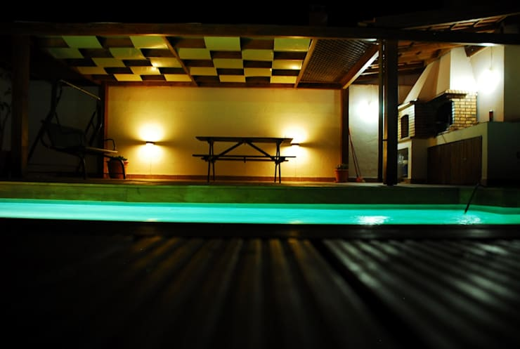 Telheiro à noite: Piscinas  por JOÃO SANTIAGO - SERVIÇOS DE ARQUITECTURA