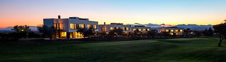 8 VILLAS GOLF PERELADA (GIRONA): Casas de estilo  de ruiz narvaiza associats sl, Moderno