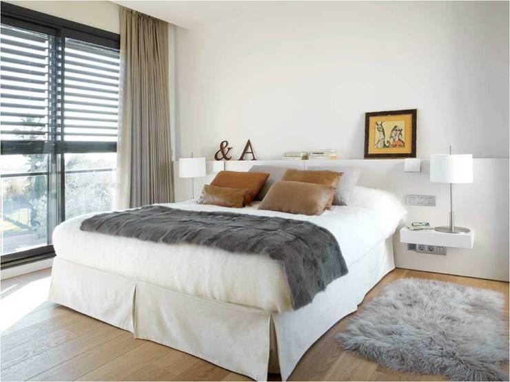 8 VILLAS GOLF PERELADA (GIRONA): Dormitorios de estilo  de ruiz narvaiza associats sl, Moderno